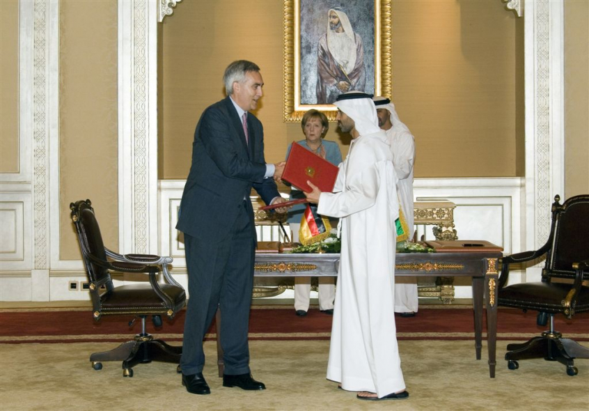 Siemens CEO Peter Loescher shakes hands with HH Mohammed bin Zayed Al Nahyan of Adwea.
